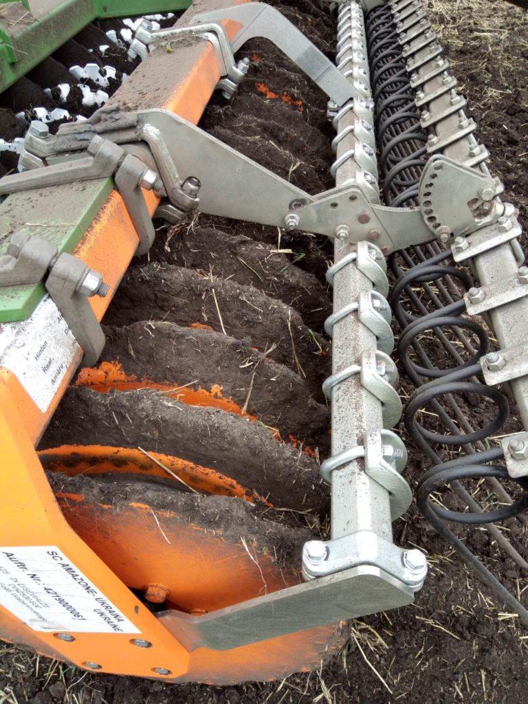 Борона дисковая Amazone Catros 6002 в работе по влажной почве